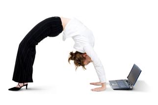 vrouw kijkt ondersteboven op haar laptop