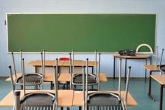 leeg klaslokaal met stoelen op tafel